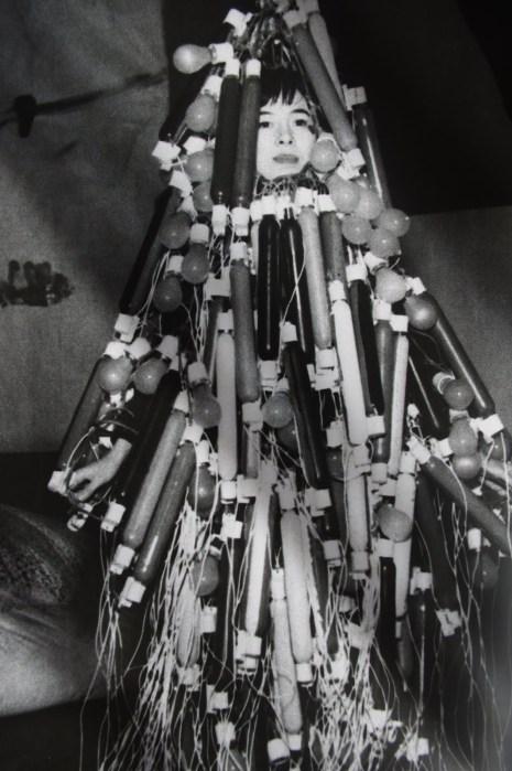 Atsuko Tanaka – Electric Dress (1956). Et af de første dokumenterede performancekunstværker af en kvindelig kunstner.