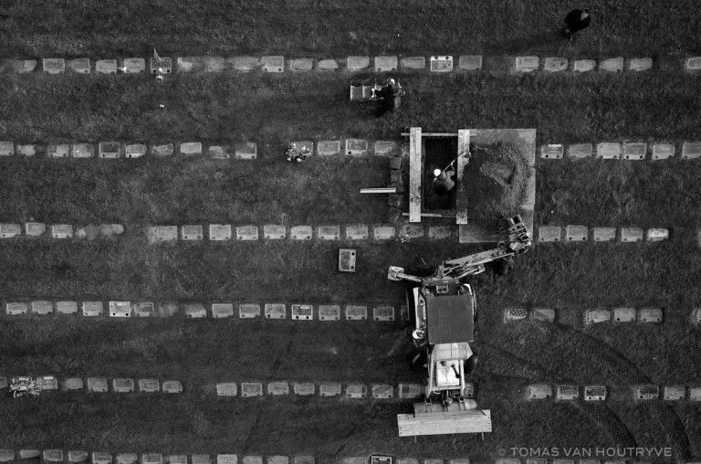 © Tomas van Houtryve Funeral fra serien Bly Sky Days