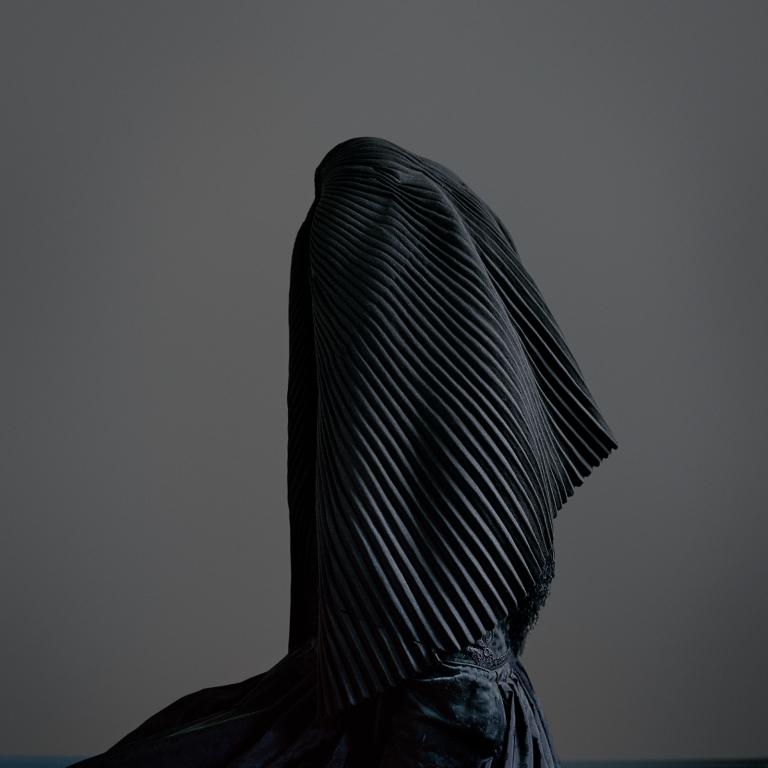 TrineSondergaard_surrigkap_dress of mourning_I